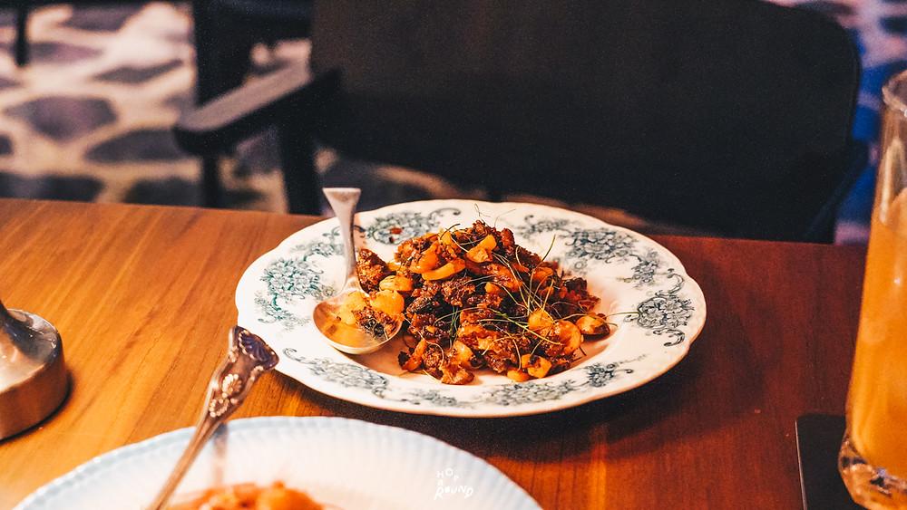 ผัดพริกขิงปลาสลิด Aksorn ย้อนรอยต้นตำรับอาหารไทยยุค Post-WWII รีวิวห้องอาหารอักษร เจริญกรุง เซ็นทรัล ดิ ออริจินัลสโตร์ จากเชฟ David Thompson รีวิวร้านอาหาร อาหารไทยโบราณ ขนมไทยโบราณ สูตรต้นตำรับ ร้านอาหารไทย ย่านเจริญกรุง