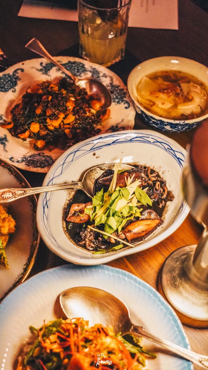 ปลาหมึกต้มเค็ม Aksorn ย้อนรอยต้นตำรับอาหารไทยยุค Post-WWII รีวิวห้องอาหารอักษร เจริญกรุง เซ็นทรัล ดิ ออริจินัลสโตร์ จากเชฟ David Thompson รีวิวร้านอาหาร อาหารไทยโบราณ ขนมไทยโบราณ สูตรต้นตำรับ ร้านอาหารไทย ย่านเจริญกรุง
