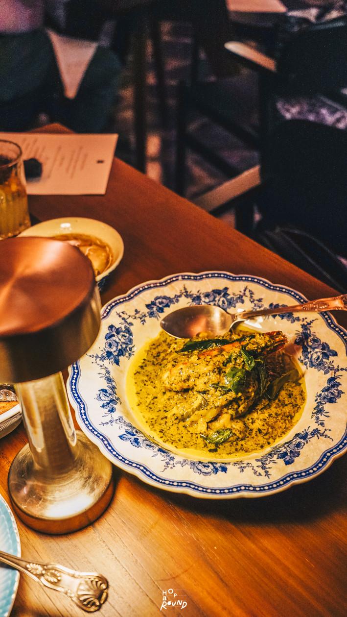 แกงเขียวหวานกุ้ง Aksorn ย้อนรอยต้นตำรับอาหารไทยยุค Post-WWII รีวิวห้องอาหารอักษร เจริญกรุง เซ็นทรัล ดิ ออริจินัลสโตร์ จากเชฟ David Thompson รีวิวร้านอาหาร อาหารไทยโบราณ ขนมไทยโบราณ สูตรต้นตำรับ ร้านอาหารไทย ย่านเจริญกรุง