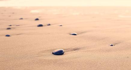 砂の上に小石