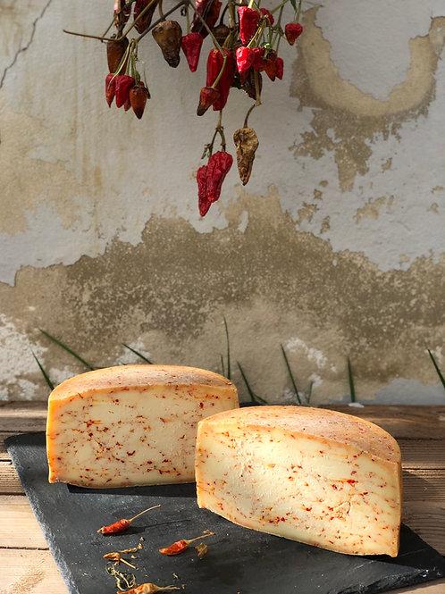 Huda krava - bio kravlji poltrdi sir s sušenimi čiliji, 300 g
