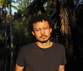 Maick Hannder é Diretor, roteirista e fotógrafo. É graduado em Cinema e Audiovisual pelo Centro Universitário UNA, em Belo Horizonte. Seu primeiro curta-metragem INGRID (2016), foi selecionado para o 44° Festival de Cinema de Gramado, 27° Curta Kinoforum - Festival Internacional de Curta-metragens de São Paulo e 31° BFI Flare: London LGBT Film Festival e mais de 45 festivais e mostras no Brasil e no mundo, foi vencedor do prêmio aquisição SESCTV no 16° Goiânia Mostra Curtas e ganhou mais 4 prêmios em outros importantes festivais, além de ter sido exibido na TV aberta pela Rede Minas. Em 2017, foi curador de cinema da Mostra de Artes, Cultura e Diversidades do Galpão Cine Horto, Belo Horizonte - MG. LOOPING (2019), seu segundo curta-metragem, recebeu duas Menções Honrosas no XII Janela Internacional de Cinema de Recife e o prêmio de Melhor Som no 8° Curta Brasília – Festival Internacional de Curta-metragem, além de ter sido exibido em vários festivais como o 23° Mostra de Cinema de Tiradentes. Desenvolve seu terceiro curta-metragem, MÃE DO OURO, O projeto foi contemplado na edição 2019 do Edital BH nas Telas e encontra-se em fase de pré-produção. Perto da Meia-Noite, seu primeiro projeto de longa-metragem foi selecionado para o 10° BrLab que vai acontecer em Novembro de 2020. É Sócio-fundador da produtora Ponta de Anzol Filmes. É associado da APAN.