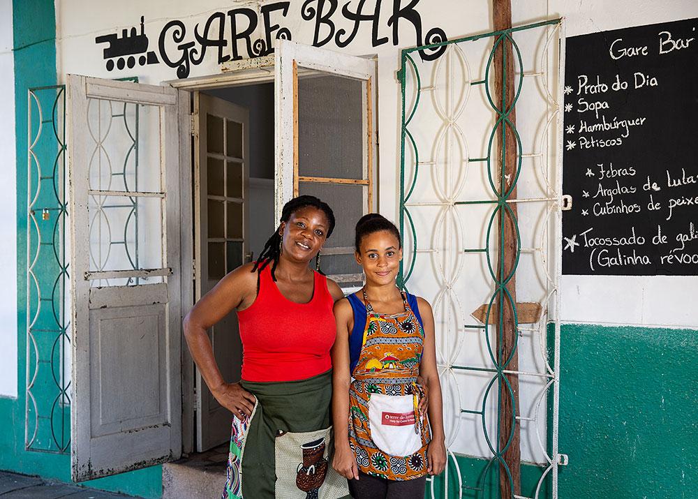 women-restaurant-owner-mozambique-5x7
