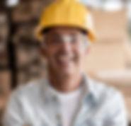 Trabajador con el casco amarillo