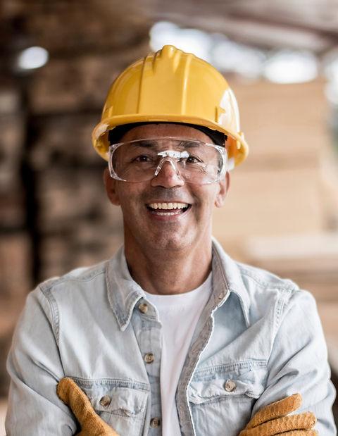 Работник с желтым шлемом