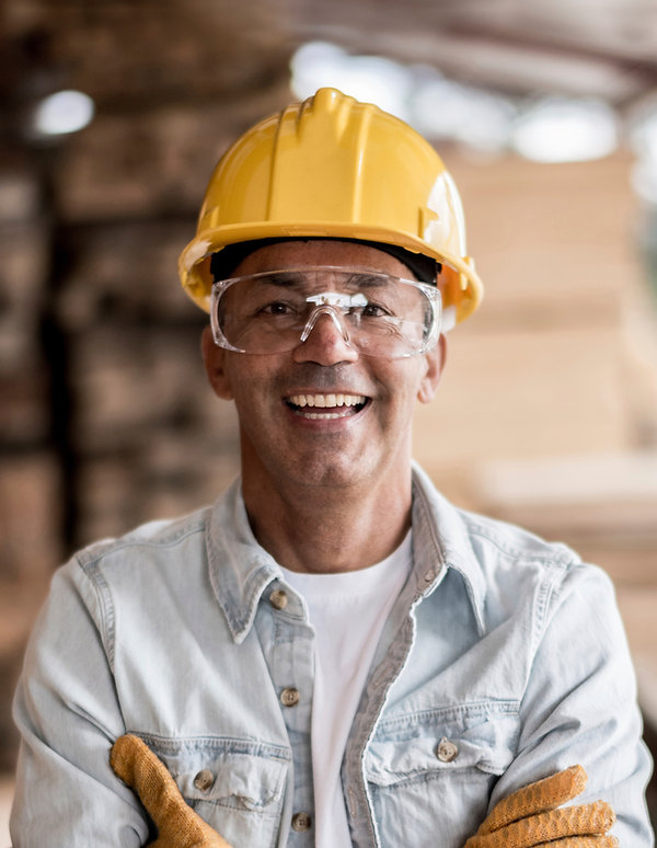 Trabalhador com capacete amarelo