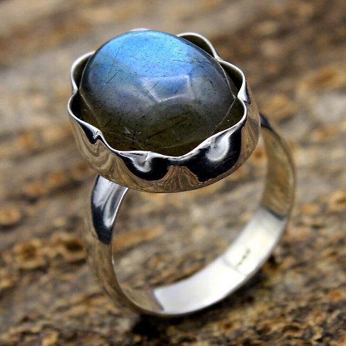 Кольцо серебро 925 ручной работы с лабрадоритом натуральным 16х13 мм (р.17.3)