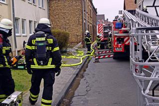 Brand eines Mehrfamilienhauses an der Selmenstraße -Feuerwehr setzt Drehleiter ein-