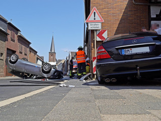 In falsche Richtung gelenkt: Auto landete auf dem Dach