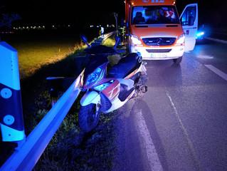 Betrunkener Leichtkraftradfahrer kommt von der Fahrbahn ab und schlägt bei der Erstversorgung eine R