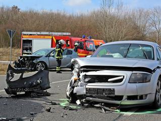Drei Verletzte und hoher Sachschaden bei Verkehrsunfall