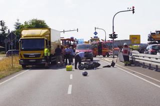 Rollerfahrer flüchtet nach Zusammenstoß – bei Rotlicht gefahren