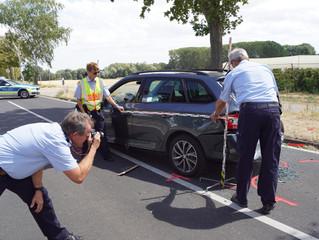Traktor verlor Holzbrett - Zwei Schwerverletzte