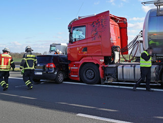 Junge Familie in schweren Autounfall verwickelt - Fahrer schwer verletzt