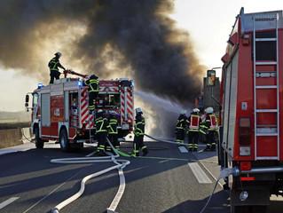 Lkw-Fahrerhaus nach Reifenplatzer ausgebrannt - Fahrer unverletzt