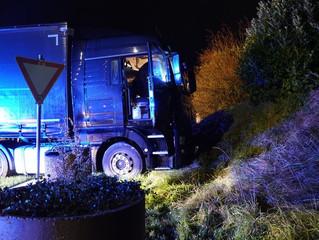Lkw Fahrer fährt mit Sattelzugmaschine in Böschung