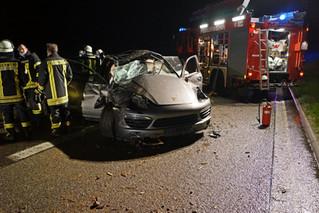 Fahrer aus Sportwagen geschleudert
