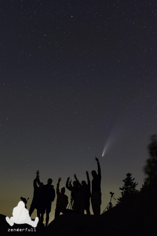 Comète avec gens à l'avant-plan
