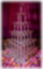 Пирамида из 56 бокалов с шампанским