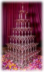 Пирамида из 84 бокалов с шампанским