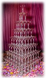 Пирамида из 120 бокалов с шампанским