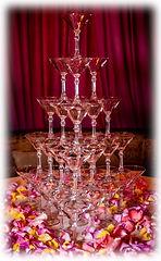 Пирамида из 35 бокалов с шампанским