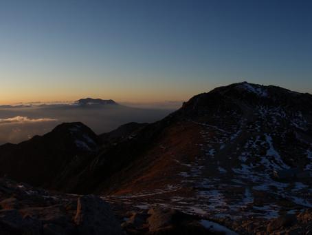 夕暮れの駒ヶ岳と御嶽山