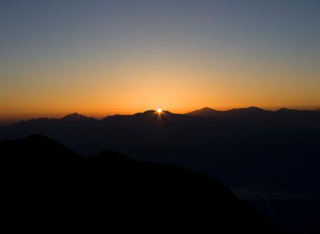 伊那前岳近くから望む日の出と富士山