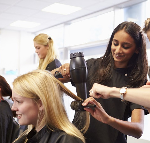 A Student's Guide to Enrolling in a Beauty School