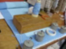 Tapete recebendo acabamento em ovelock