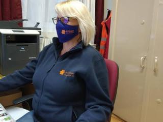 Logózott maszk viselése