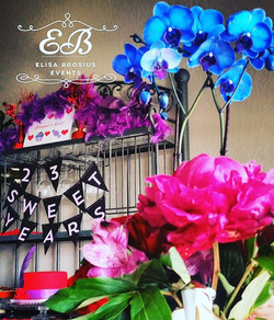 Sneak peak of yesterday's _elisabrosiusevents party 😄 Obsessed with the gorgeous red hat cake that