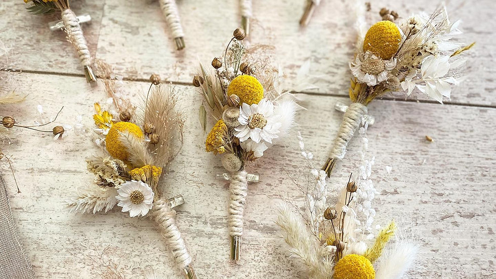 Boutonnière de fleurs séchées