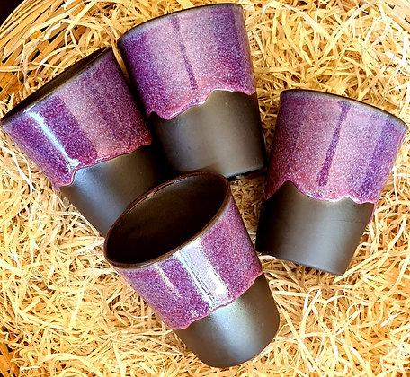 Set van vier mat zwart met paarse bekers