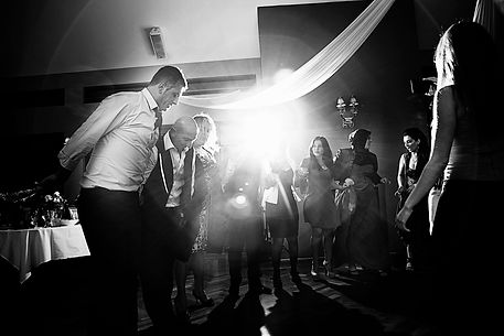 dacing wedding photos with lighting for a creative atmosphere