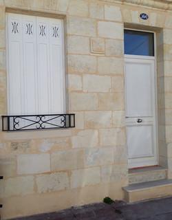 Porte d'entrée et persiennes bois