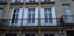 Portes fenêtres doubles en bois exotique avec faux ouvrant en imposte