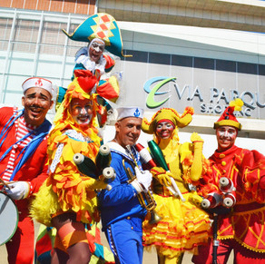 Bloco de carnaval desfila dentro de shopping da Barra
