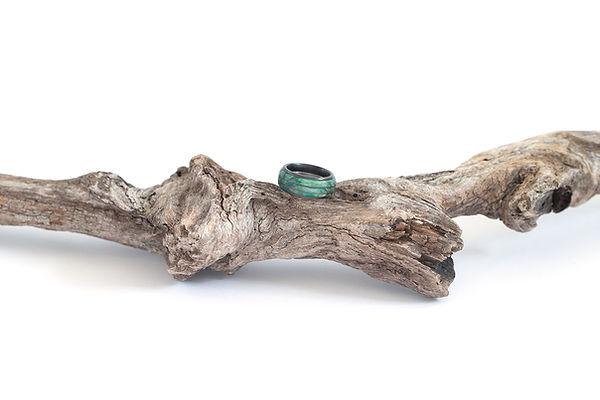 Fingerrinf Stabilisierte Wellpappe wurde in gefärbten Kunstharz eingegossen - Edelstahlmatel  