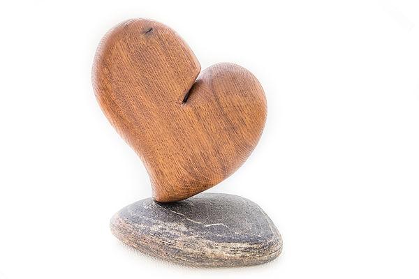 Skulptur Herz mit Stein