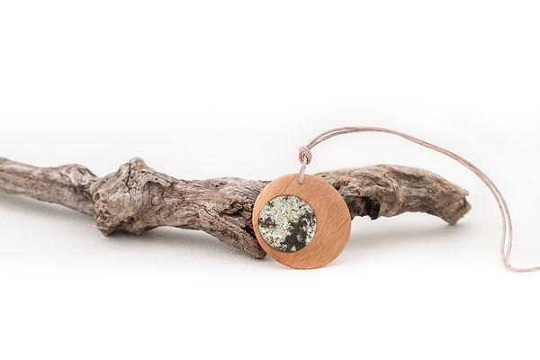 Halskette mit Epoxidharz und Holzspänen