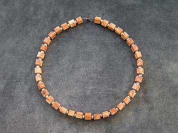 Halskette aus kleinen Holzstücken