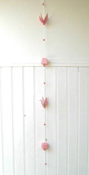 guirlande grues oiseaux cubes origami guirlande coeur origami cadeau naissance décoration enfants Les cubes de Lili décoration murale pour enfants papier japonais guirlande en papier décoration d'anniversaire décoration de fête perles en bois peint guirlande rouge