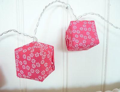 décoration rose framboise, guirlande lumineuse, Les cubes de Lili, papier japonais, origami, luminaire, motif fleuri, motifs japonais, guirlande lumineuse rose framboise, décoration chambre enfant, idée cadeau naissance, fête des mères, cadeau de Noël, guirlande led, guirlande led à piles, cubes en origami