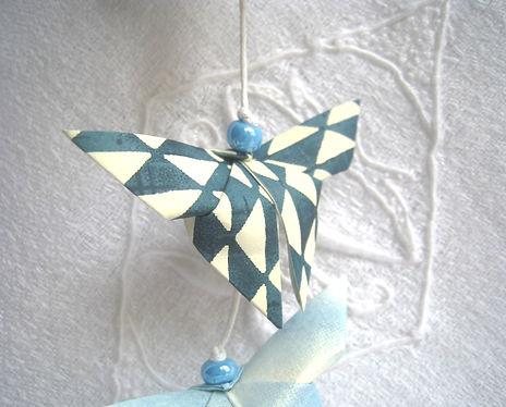 décoration enfant cadeau naissance Les cubes de Lili idée cadeau de Noël guirlande papillons décoration chambre enfants perles magiques bleues décoration bleue guirlande bleue