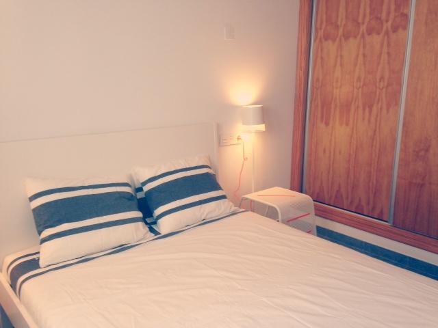Dormitorio con cama de 140 cm