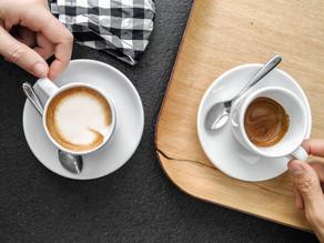 Over een mayonaisepot, enkele golfballen en twee kopjes koffie