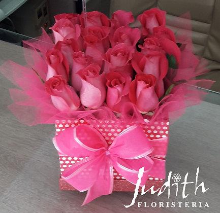 T25- Caja con rosas Fucsias