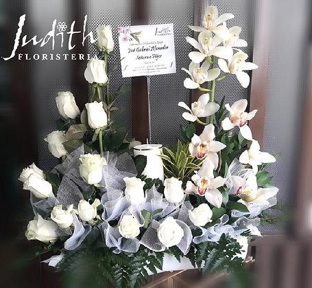 F19-Rosas y orquídeas blancas en U con velón