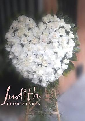 F23- Corazón en rosas blancas